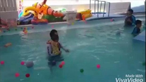 ลูกเบนซ์-มิค น้องปริมมาเรียนว่ายน้ำ
