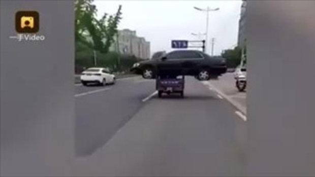 """แบบนี้ก็มี ชายจีนใช้สามล้อขน """"รถเก๋ง"""" หลังซื้อแล้วเจอค่าส่งแพง"""