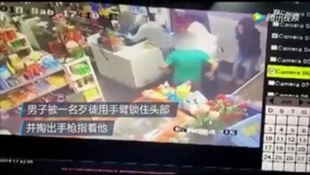 ชายถูกโจรปล้น ลูกชาย 6 ขวบสุดกล้าหาญ วิ่งเข้าไปยกเท้าเตะคนร้ายเพื่อช่วยพ่อ