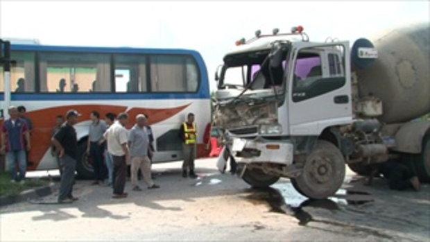 ผู้โดยสารกรีดร้องทั้งคัน ภาพเฉียดตาย รถโม่ปูนตัดหน้ารถทัวร์กลางแยก