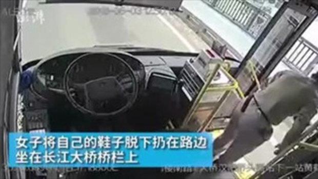 สุดยอดคนขับรถเมล์ เหลือบเห็นหญิงคิดสั้น จอดรถวิ่งช่วยทันเวลา