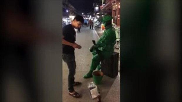 คนดู 2 ล้าน! เมื่อหนุ่มสุดกวน ทำทีแกล้ง ฉกกระป๋องเงิน นักแสดงหุ่นนิ่งทหารเขียว งานนี้ดูกันทั้งถนน