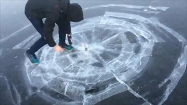 จะเป็นยังไงถ้านำพลุไฟมาจุดใต้น้ำแข็ง ใช่อย่างที่คิดไหม..บอกเลยเกินคาด