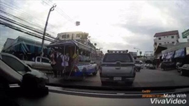 คลิปนาที! นักเรียนตกรถสองแถว