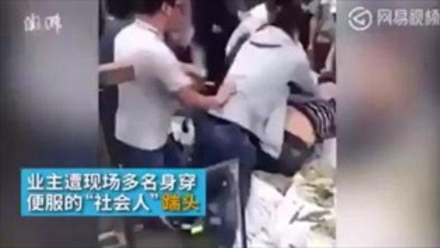 ดราม่าหนัก หลุดคลิปเทศกิจจีนเหยียบหัวเจ้าของร้านค้า รุกล้ำทางเท้า
