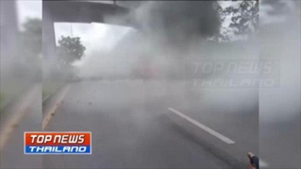 เก๋งพุ่งข้ามเลนชนตอม่อสะพานไฟลุกท่วม พลเมืองดีช่วย 4 ชีวิตออกมาได้ รอดตายหวุดหวิด