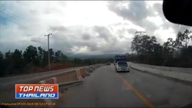 เกือบไปแล้ว...กล้องหน้ารถจับภาพ กระบะขับแซงทางโค้งขึ้นเขา หวิดชนประสานงากับรถที่สวนลงเขา