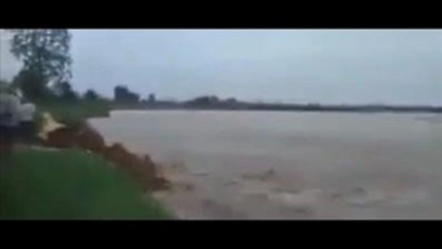 เกิดเหตุเจดีย์ริมแม่น้ำอิรวดีพังถล่มต่อหน้าต่อตาชาวบ้านเมียนมา