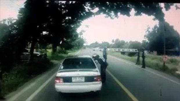 เมื่อตำรวจตั้งด่านใต้ต้นไม้