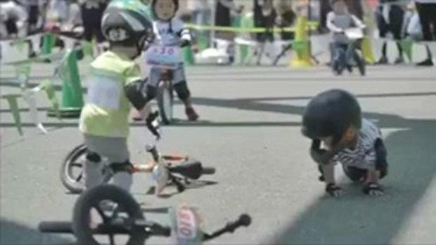 น่ารักจังลูก น้ำใจนักกีฬาเด็ก 2 ขวบ ในสนามแข่ง นี่แหละจุดเริ่มต้นของมิตรภาพ