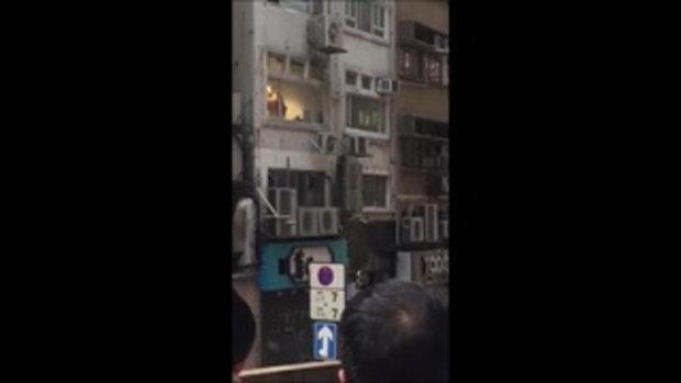 หนุ่มเล่นเซ็กซ์ข้างหน้าต่าง ไม่รู้ชาวบ้านแห่เชียร์-ถ่ายคลิป สุดท้ายคดีพลิกครางทั้งถนน