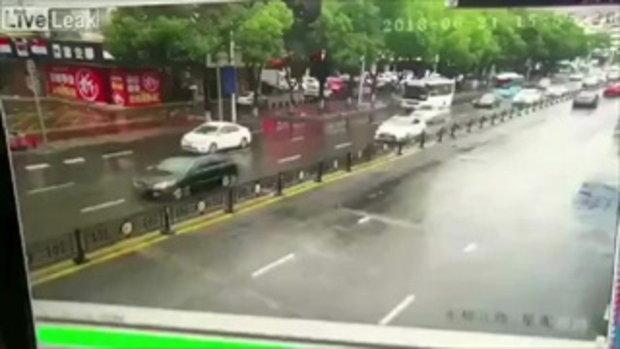 สาวจีนซิ่งเฟอร์รารีเช่า หมุนหลุดออกนอกเลนพุ่งทะลุเกาะกลางชนรถสวนมาพังยับ