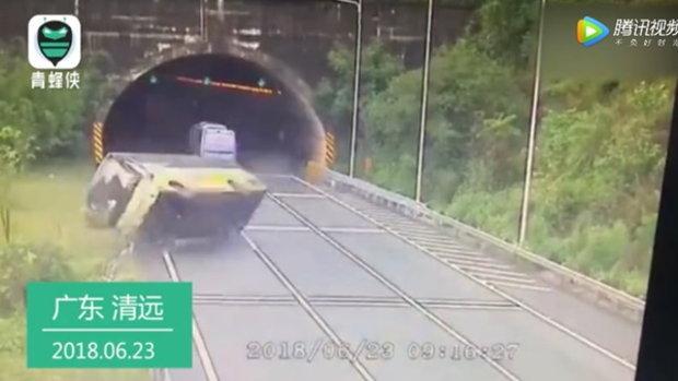 คลิปวินาทีชีวิต รถบัสจีนพลิกคว่ำ ผู้โดยร่างกระเด็นออกจากรถ ดับ 3 เจ็บอีกมาก