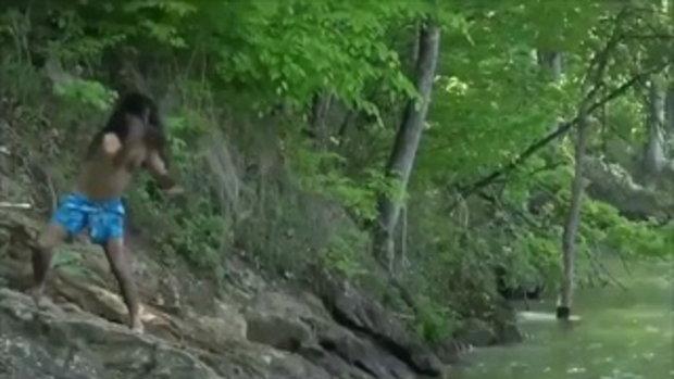เพื่อนแท้มันต้องแบบนี้ ช่วยเพื่อนโดยการกระโดดทับจระเข้ โคตรโหด