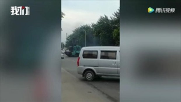 ปลิดชีพหยุดคลั่ง! ตร.จีนวิสามัญชายขับรถยก ชนดะตามถนน ดับ 1 เจ็บนับสิบ