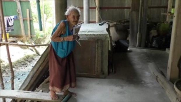 พบคุณยาย 5 แผ่นดิน อายุ 106 ปี เดินบนสะพานไม้แผ่นเดียวข้ามคลอง