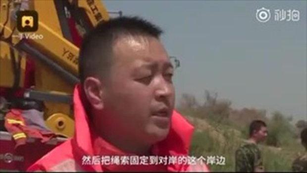 อย่าข้ามมา! สองสามีภรรยาตะโกนบอกกู้ภัยทั้งน้ำตา หลังขับรถติดกลางแม่น้ำโคลน