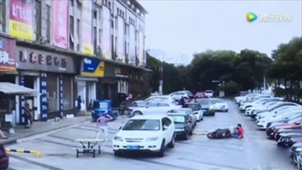 หนุ่มจีนสุดซวย ขี่รถอยู่ดีๆ เจอไม้กระดานร่วงจากฟ้า ฟาดหัวแตก-กระดูกหัก