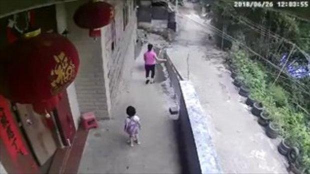 แม่ชาวจีนชะล่าใจ ปล่อยพี่เข็นรถน้อง