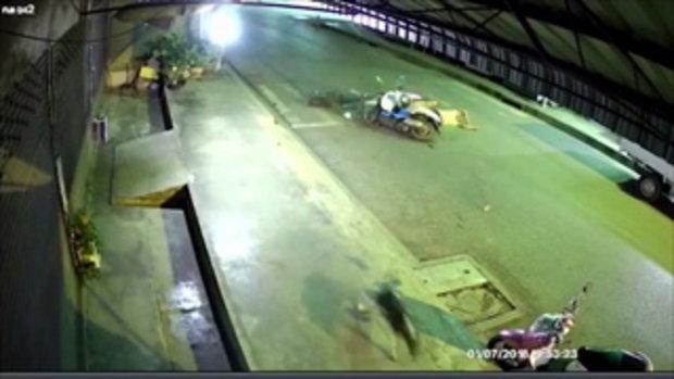 คลิปวงจรปิดจับภาพนาทีระทึก รถจักรยานยนต์ประสานงา ดับคาที่ 1