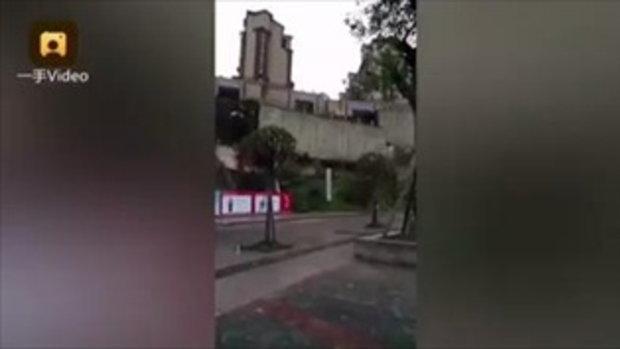 คลิปชวนระทึก ถนนเมืองจีนถล่ม พังราบเป็นหน้ากอง
