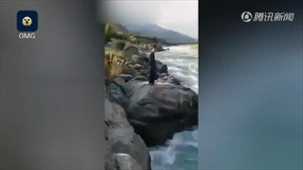 เซลฟีมรณะ หนุ่มเดินเล่นถ่ายรูปบนโขดหิน เกิดลื่นตกแม่น้ำเชี่ยวกราก