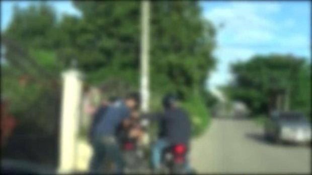 คลิปนาทีที่ตำรวจขับรถจยย.ไล่บี้จับกุมตัวสาวสอง เครือข่ายยาบ้า