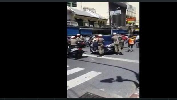 หนุ่มโพสต์คลิปเจอเหตุการณ์ รถเก๋งคล้ายพยายามจะหลบหนีเจ้าหน้าที่