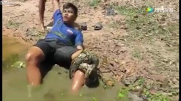 งูใหญ่จู่โจม รัดหนุ่มเดินลุยคลอง