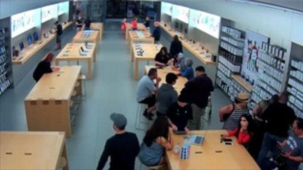 อย่างกับหนัง วัยรุ่นอเมริกา ขโมยสินค้าในร้านแอปเปิล สโตร์ ใช้เวลาไม่ถึง 30 วินาที