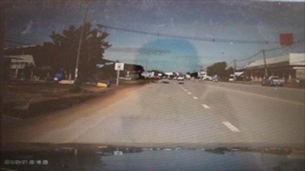 วงจรปิดยายหลานขับรถเสียหลัก เบียดรถยนต์รอดหวุดหวิด