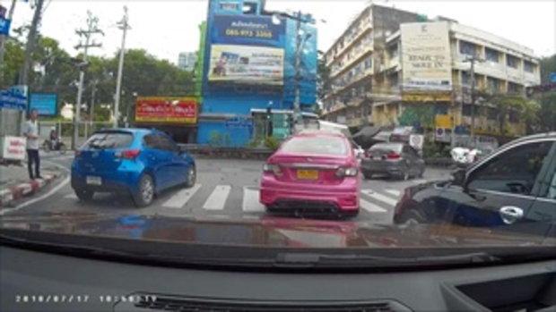 กล้องหน้ารถยนต์ บันทึกเหตุการณ์ หนุ่มคัมรี เแทรกเลนไม่ได้ คว้าดาบข่มขู่รถยนต์คู่กรณี