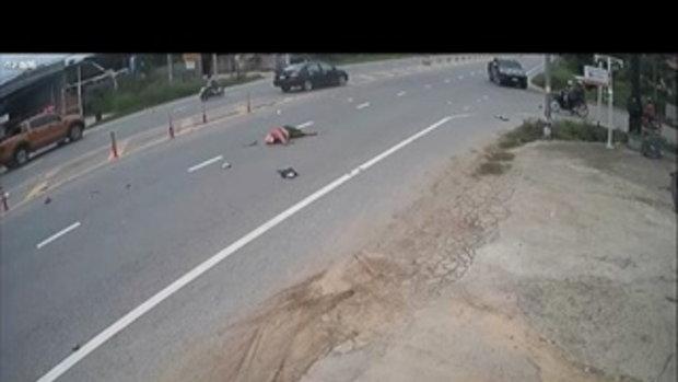 เผยคลิปอุทาหรณ์  จยย.ข้ามถนน มองไม่เห็นกระบะวิ่งทางตรง ถูกพุ่งชนเสียชีวิต
