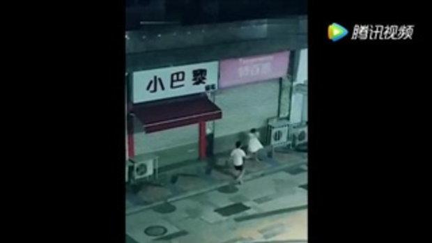 ทะเลาะกันริมถนน ชายเดือดจัดโยนหมาลอยตกกระแทกพื้นตาย