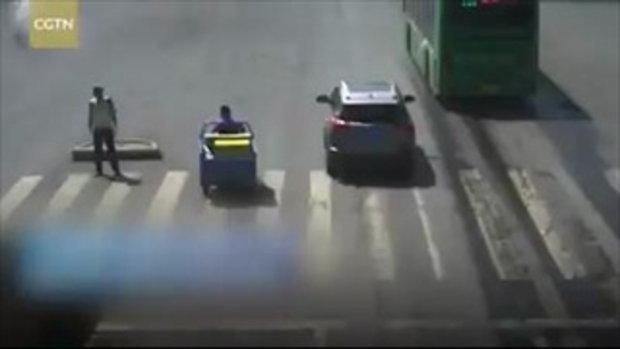 ชายจีนน้ำใจงาม ตั้งร่มกันแดด ช่วยคลายร้อนตำรวจจราจร
