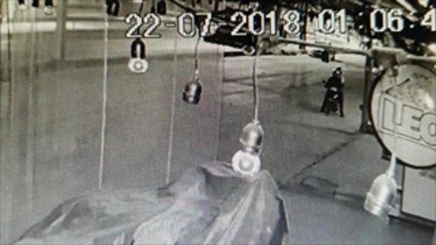 ภาพวงจรปิด คนร้ายขโมยจักรยานยนต์หน้าร้านอาหารแห่งหนึ่ง