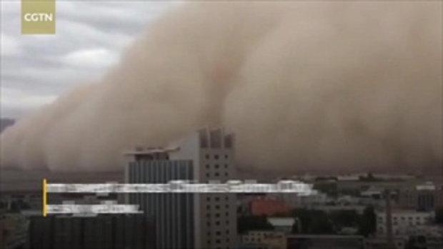 อย่างกับในหนัง พายุทรายสูง 10 เมตร กลืนกินเมืองเก๋อเอ่อร์มู่ของจีน