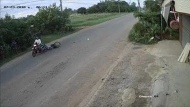 คลิปเหตุการณ์  มอเตอร์ไซค์กระชากกระเป๋า สาวปั่นจักรยาน ลากไปกับพื้น