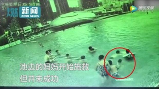 ทักษะระดับเซียน เผยคลิปไลฟ์การ์ดวิ่งเร็ว ช่วยสองแม่ลูกจมสระว่ายน้ำฝั่งตรงข้าม