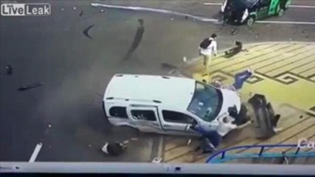 คลิปนาที อุบัติเหตุไม่คาดฝันยืนเฉยๆก็เจอได้