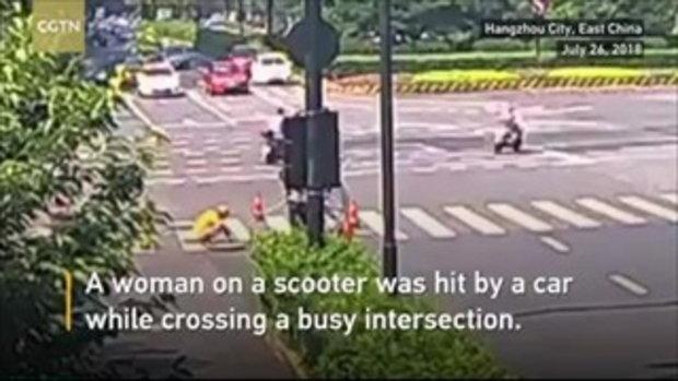 สาวขี่มอเตอร์ไซค์ถูกรถชน ซวยซ้ำซ้อน กลิ้งหล่นรูท่อกำลังซ่อมกลางถนน