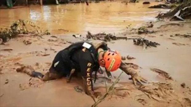 เจ้าหน้าที่กู้ภัยไทยลุยโคลนลึกเกือบครึ่งตัว เข้าไปช่วยพี่น้องสปป.ลาวประสบภัยเขื่อนแตก