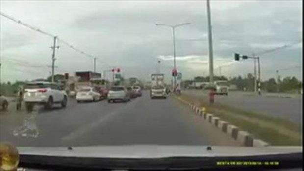 คลิปอุทาหรณ์ รถบรรทุกฝ่าไฟแดง กระบะทางตรงพุ่งชน 2 คันรวด