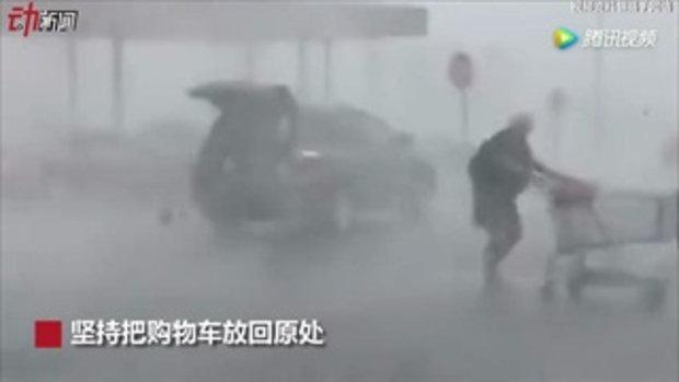 ไม่หวั่นแม้วัน(ฝน)มามาก คุณป้าสตรองเดินช้อปปิ้งเหมือนอากาศแจ่มใส