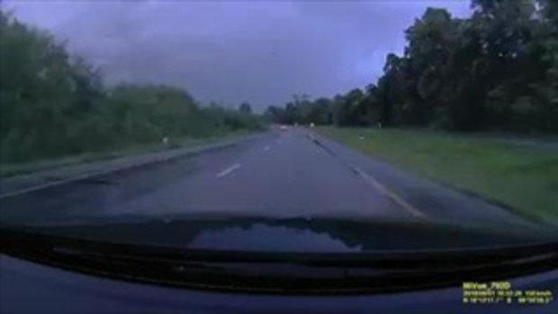 คลิปอุบัติเหตุ ช่วงนี้ฝนตกถนนลื่น ขับรถต้องระวังมากขึ้น
