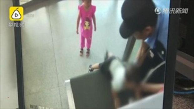 อย่าเผลอไป เด็กชาย 2 ขวบเกือบถูกดูดเข้าเครื่องสแกนกระเป๋าในสถานีรถไฟ