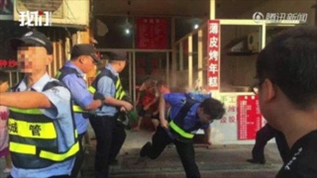 พ่อค้า-เทศกิจจีนปะทะเดือด สาดน้ำร้อน-มีดแทง เจ็บระนาว 9 คน