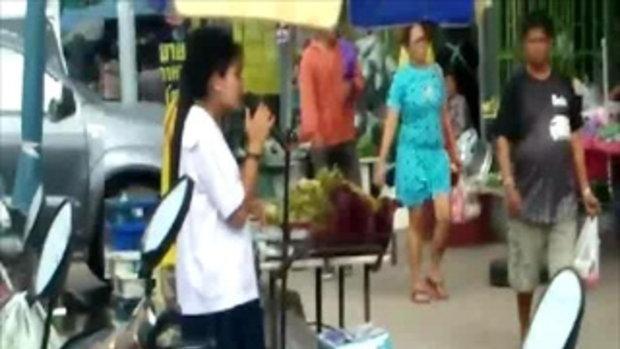 เด็กสาวอายุ 15 เดินสายร้องเพลง ขอรับบริจาคทุนส่งพี่สาวเรียนต่อ