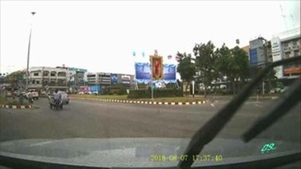 คลิปกล้องหน้ารถจับภาพสามล้อแดงซิ่งเทโค้งคนหลังร่วงกลางไฟแดง