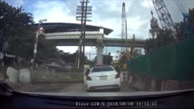 ภาพนาทีสยอง เหล็กเสาเข็มเจาะหลุดจากสลิง ร่วงทับรถเก๋งพังยับ